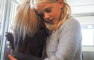Hestestell jente kos med hest